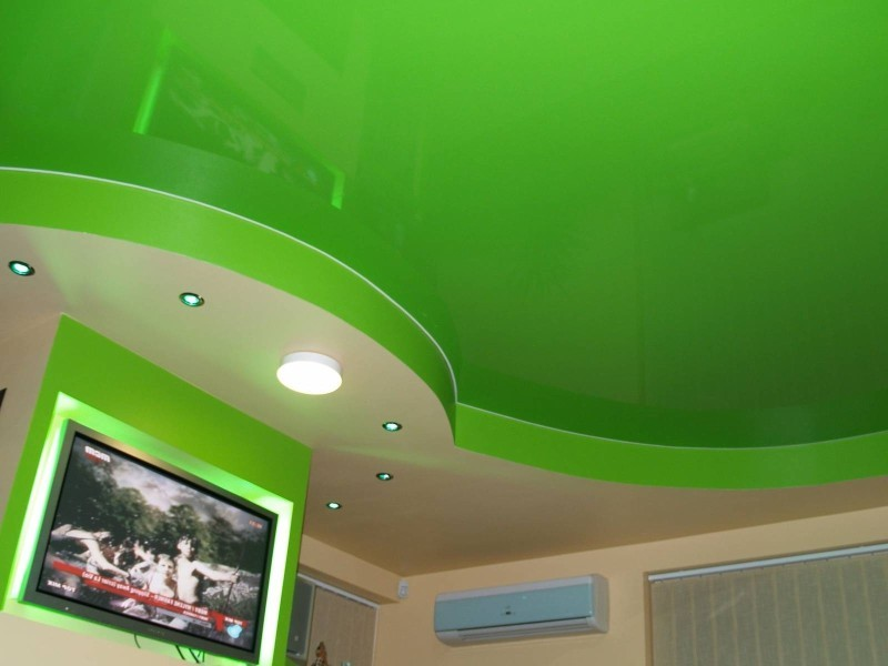 натяжные потолки холодных (синих, фиолетовых и зеленых) тонов